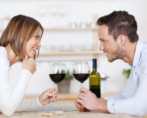 Семья пьет вино