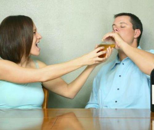 Жена забирает у мужа алкоголь