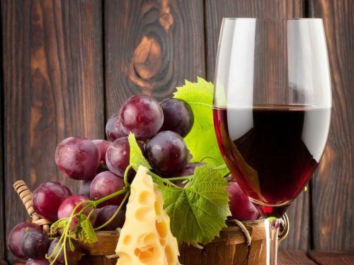 Красное вино, сыр и виноград