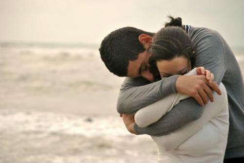 Муж обнимает жену