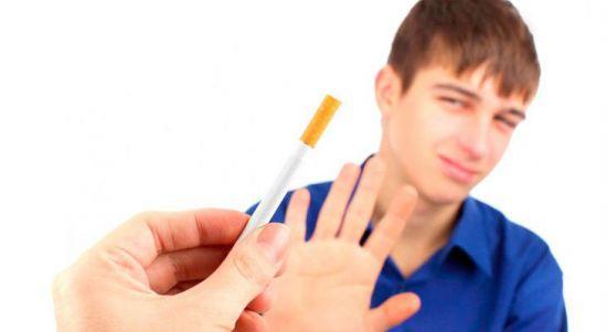 Подросток отказывается от сигарет