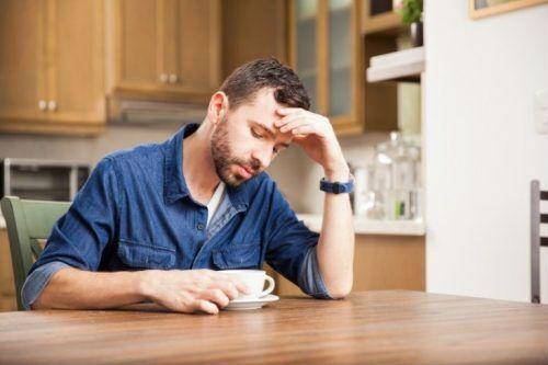 Человек пьет чай
