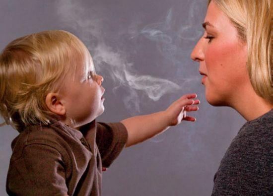 Мама малыша курит