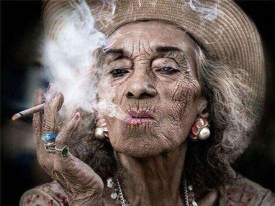 Курит женщина в возрасте
