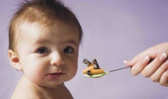Малыш принимает лекарство