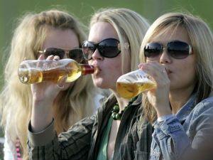 Женщины употребляют алкоголь