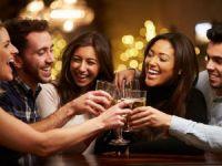 Люди употребляют алкоголь